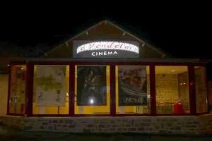Le cinéma Le Vendelais en soirée
